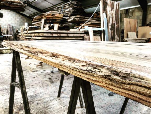 EARTHY TIMBER live edge oak table