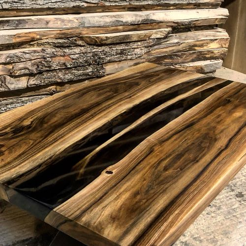 EARTHY TIMBER walnut river table